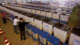 العراق يبدأ إعادة فرز بطاقات الاقتراع يدويا يوم الثلاثاء