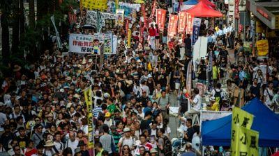 Hong Kong: des milliers de manifestants malgré la pression croissante des autorités