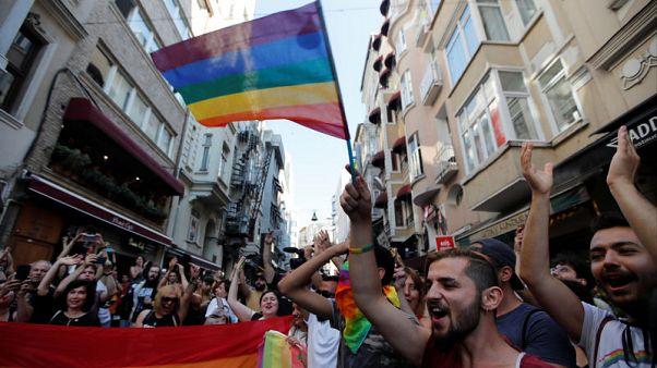 المثليون في اسطنبول ينظمون تجمعا صغيرا بعد حظر المسيرة السنوية