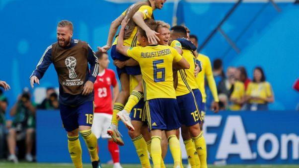 السويد تهزم سويسرا بهدف عكسي وتبلغ دور الثمانية