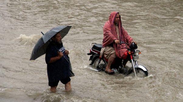 مقتل 6 بسبب أمطار قياسية حولت شوارع مدينة باكستانية إلى أنهار