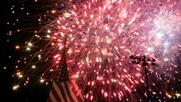 """في عيد الاستقلال.. الأمريكيون يحتفلون بالحياة والحرية """"والسعي وراء الهوت دوج"""""""