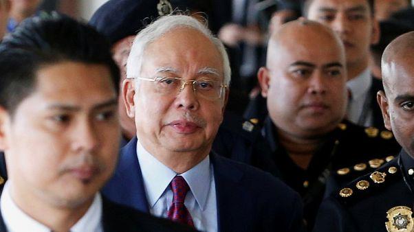 رئيس وزراء ماليزيا السابق يدفع ببراءته