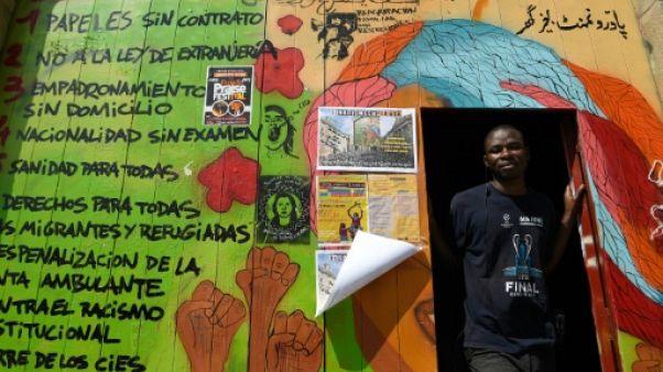 Travail au noir et squat: le quotidien de deux migrants à Barcelone