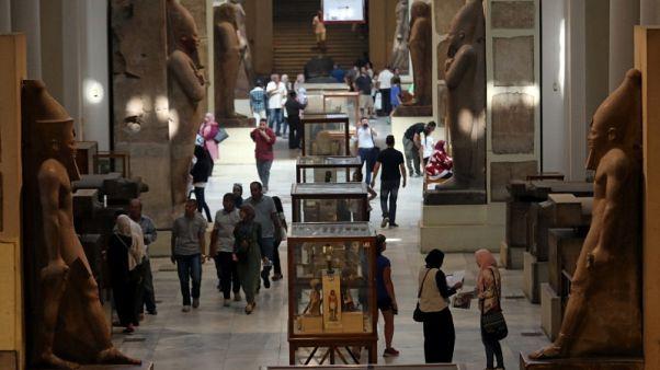 مصر تعرض مئات القطع الأثرية بعد مصادرتها من مهربين في إيطاليا
