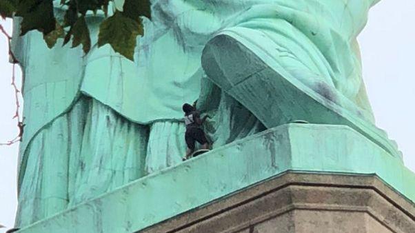 القبض على امرأة لتسلقها قاعدة تمثال الحرية في نيويورك