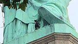 الشرطة تنزل امرأة من على قاعدة تمثال الحرية في نيويورك منهية أزمة