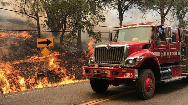 فرق الإطفاء تحرز تقدما في مكافحة حريق غابات بشمال كاليفورنيا