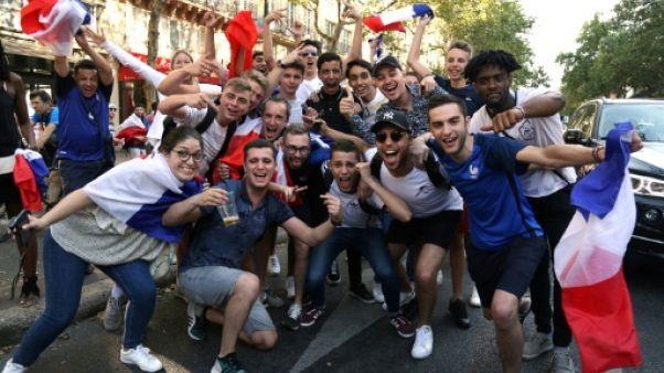 """Mondial: des centaines de personnes fêtent la """"demie"""" des Bleus sur les Champs-Elysées"""