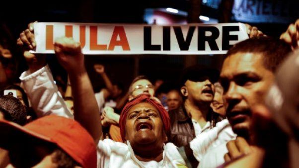 Brésil: Lula reste en prison, mais revient sous les feux des projecteurs
