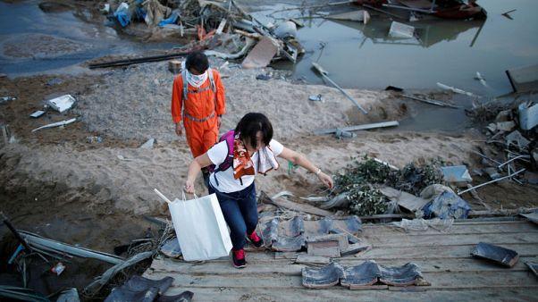 اليابان تكافح لتوصيل مواد الإغاثة إلى ضحايا السيول