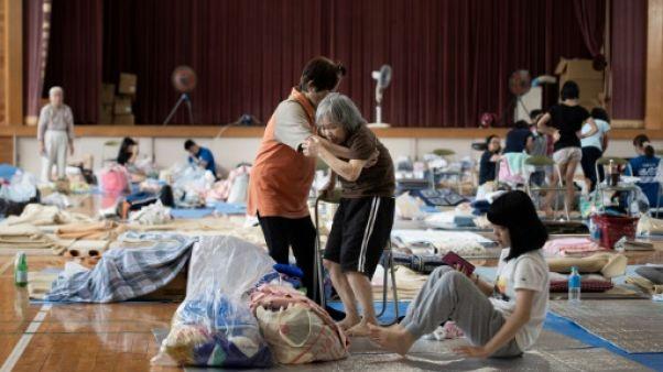 Forcés par les inondations de quitter leur maison, des Japonais retournent à l'école