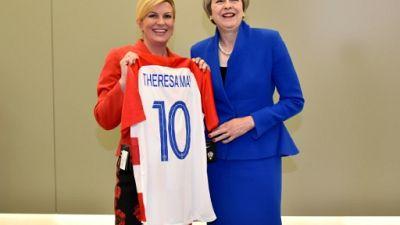 Mondial-2018: la présidente croate offre un maillot à Theresa May avant Croatie-Angleterre