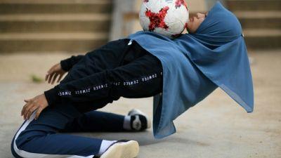 En Malaisie, elle fait du foot freestyle avec un voile islamique