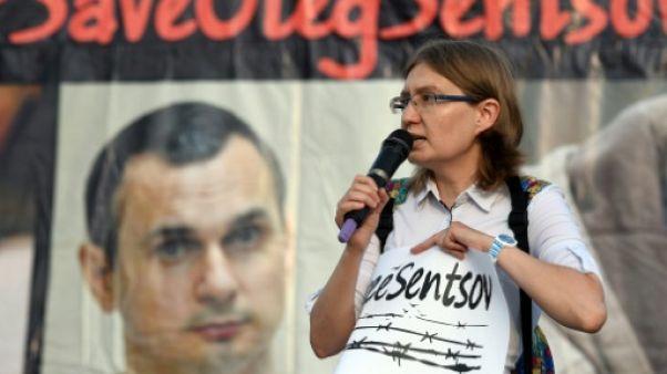 La mère du cinéaste ukrainien Sentsov appelle Poutine à sa libération