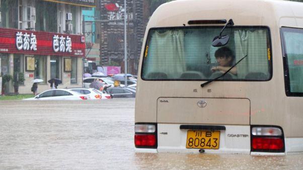 الفيضانات في الصين تسبب دمارا وتسد الطرق والسكك الحديدية