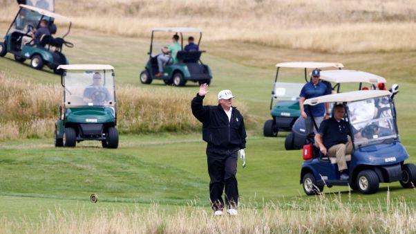 ترامب يلعب الجولف في منتجعه باسكتلندا قبل التوجه إلى هلسنكي للقاء بوتين
