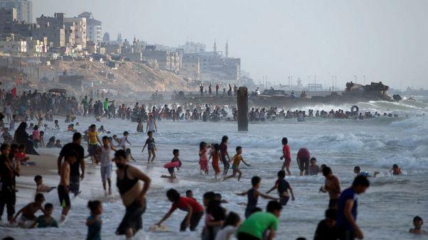 حرارة الطقس وانقطاع الكهرباء يدفعان سكان غزة إلى الشواطئ الملوثة