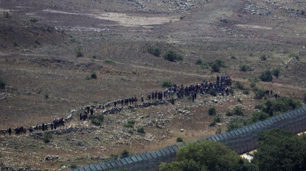 إسرائيل تأمر سوريين تجمعوا عند السياج الحدودي في الجولان بالرجوع