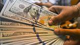 الدولار يرتفع بعد تهوين باول من المخاوف التجارية