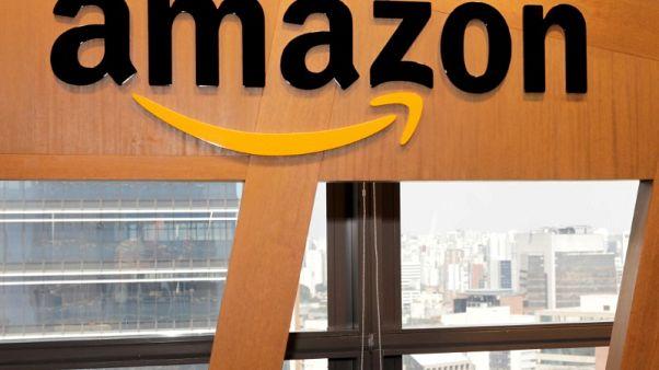 مصحح-القيمة السوقية لأمازون تصل إلى 900 مليار دولار وتهدد عرش أبل