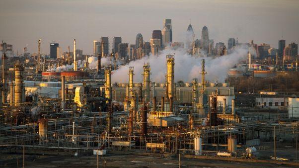 أسعار النفط ترتفع لكنها ما زالت باتجاه انخفاض أسبوعي بفعل التخمة ومخاوف تجارية