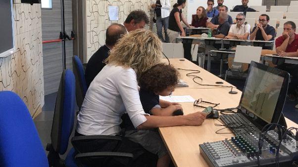 Ministra Lezzi in aula con il figlio