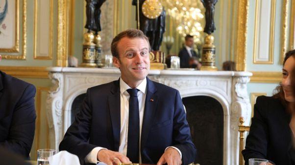 الرئيس الفرنسي يفصل حارسا شخصيا شوهد في تسجيل مصور وهو يضرب محتجا
