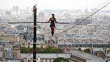 لاعبة مشي على الحبل المشدود تدهش سكان باريس بعرض مثير