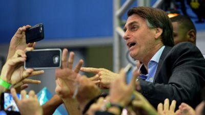 """Présidentielle au Brésil: le """"vilain petit canard"""" d'extrême droite entre en lice"""