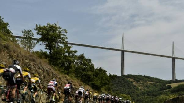 Le peloton du Tour de France près du viaduc de Millau, le 18 juillet 2015