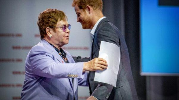 """Elton John accuse la Russie et l'Europe de l'Est de """"discrimination envers les gays"""""""