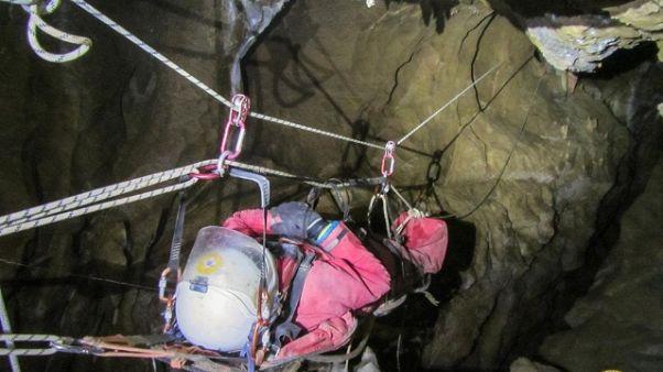 Precipita in grotta, proseguono soccorsi