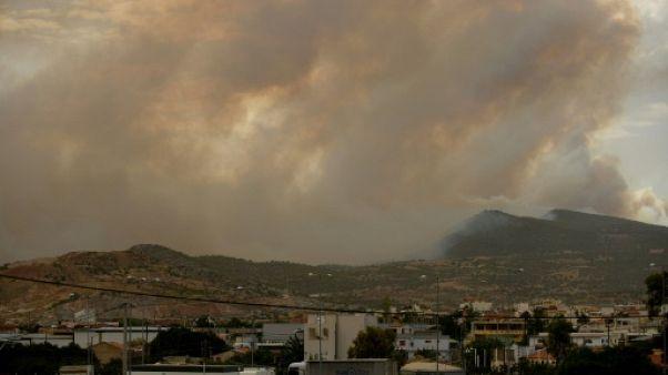 Grèce : un feu de forêt menace des zones habitées à l'ouest d'Athènes