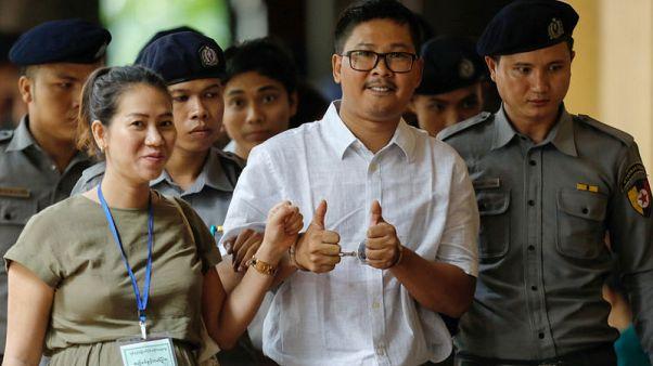 """صحفي من رويترز يقول إن شرطة ميانمار دست له الوثائق """"السرية"""" للإيقاع به"""