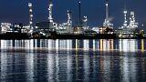 تباين أسعار النفط وسط مخاوف بشأن تخمة المعروض وحرب كلامية بين إيران وأمريكا