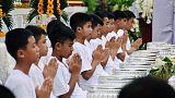 بالشموع والغناء.. بدء مراسم ترسيم فتية كهف تايلاند رهبانا بوذيين