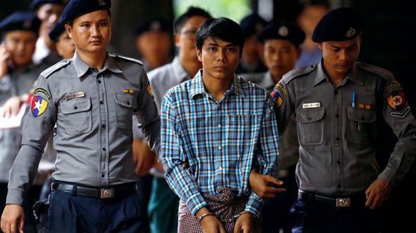 صحفي من رويترز يقول إنه حرم من النوم وأجبر على الجثو على ركبتيه في الحبس في ميانمار