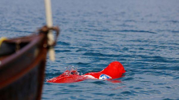 بلغاري يدخل موسوعة جينيس للسباحة مكبلا داخل كيس