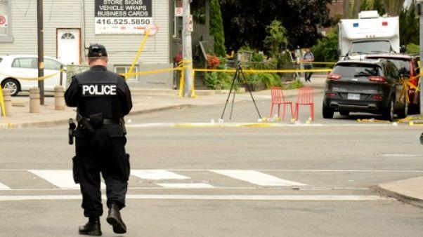 La police inspecte les lieux de la fusillade à Toronto, le 23 juillet 2018