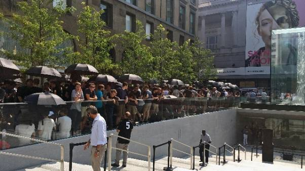Milano, in fila per apertura Apple Store
