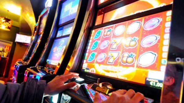 Truccano le slot machine, tre arrestati
