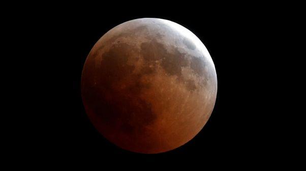 """""""القمر الدموي"""" يبهر مراقبي النجوم في أطول خسوف في القرن الحادي والعشرين"""