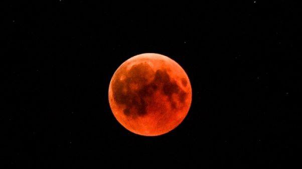 La lune teintée de rouge vue en Turquie, le 27 juillet 2018