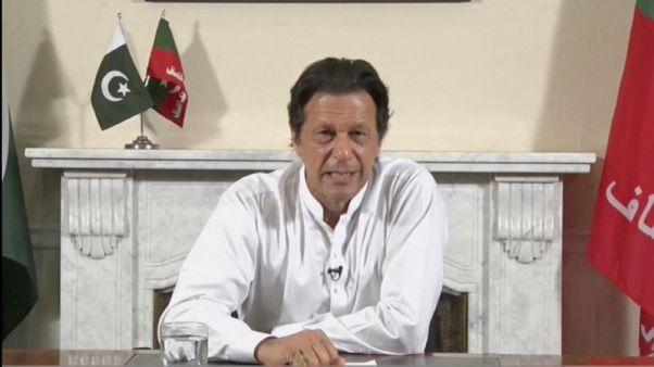 عمران خان يجري محادثات تشكيل ائتلاف في باكستان مع حزب صغير ومستقلين