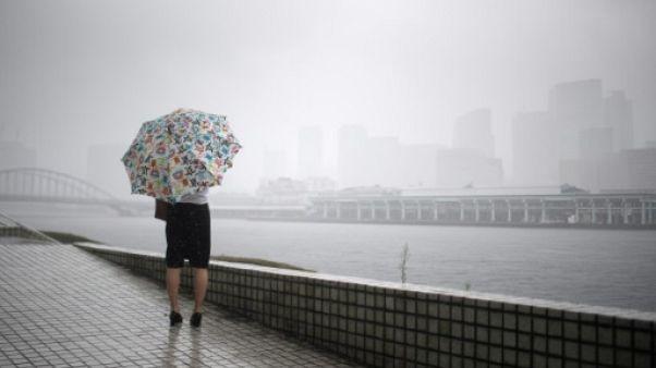 Après des inondations meurtrières, le Japon subit l'assaut d'un typhon