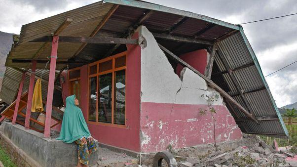 مئات ينزلون من جبل بركاني في إندونيسيا بعد ذعر نتيجة زلزال