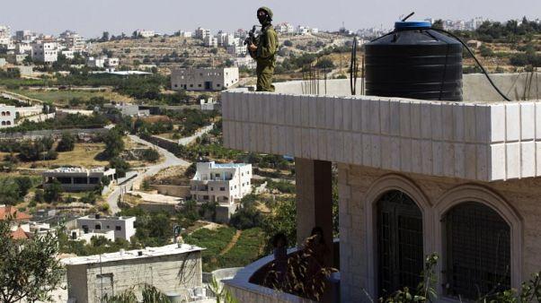 مصادر: إسرائيل تعتقل 20 فلسطينيا في الضفة بينهم أربعة صحفيين