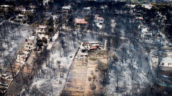 رئيس وزراء اليونان يزور بلدة منكوبة بحرائق غابات