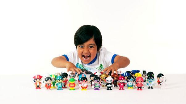 نجم يوتيوب ذو الست سنوات يعرض مجموعته الخاصة من الدمى بمتاجر وول مارت